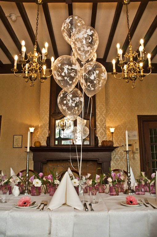 De Ballonnenkoning- Kasteel de Essenburgh- ballonnen en bloemen dinertafel tafeldecoratie duiven