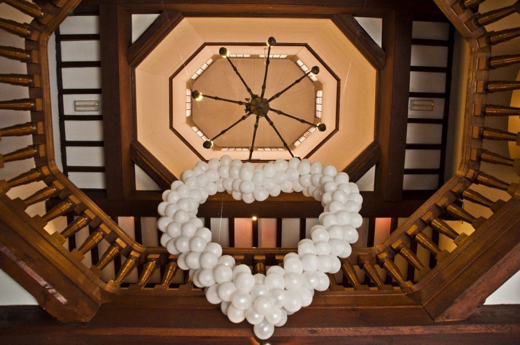 De Ballonnenkoning- Kasteel de Essenburgh- ballonhart trouwceremonie zaal close up