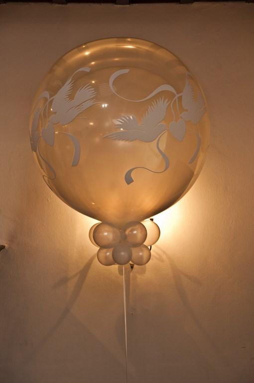 De Ballonnenkoning- Kasteel de Essenburgh- ballonnen en bloemen opstelling trouwen binnen duiven