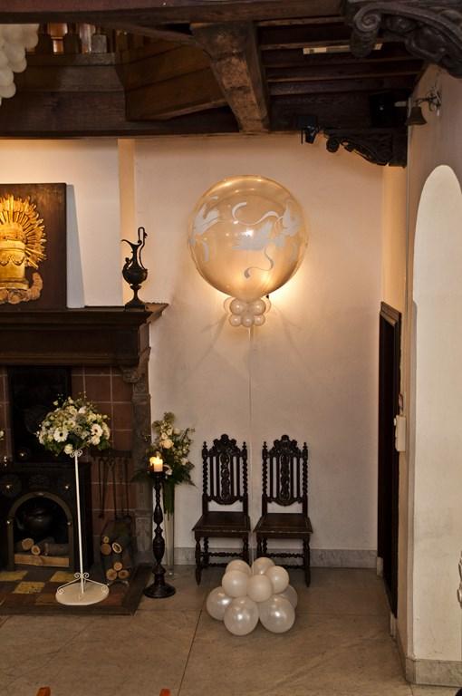 De Ballonnenkoning- Kasteel de Essenburgh- ballonnen en bloemen opstelling trouwen binnen duiven 2