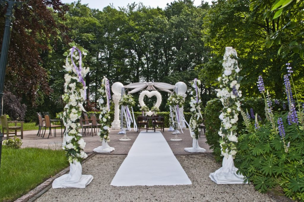 De Ballonnenkoning- Kasteel de Essenburgh- ballonnen en bloemen buiten trouwen prieel