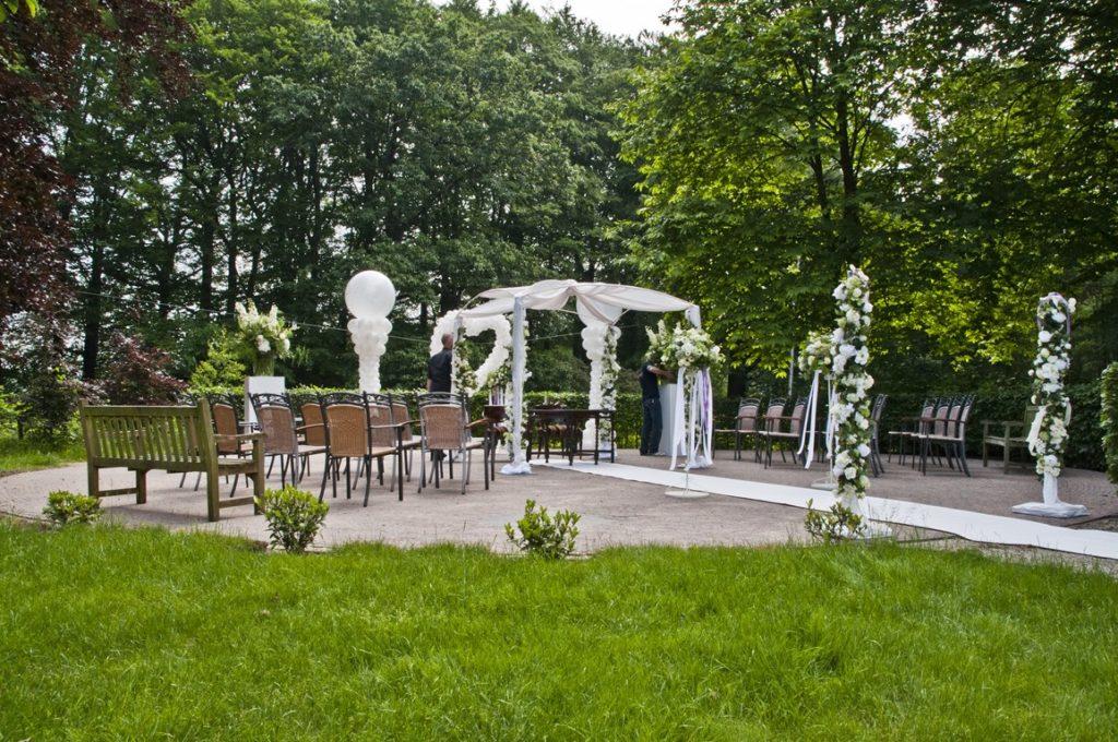 De Ballonnenkoning- Kasteel de Essenburgh- ballonnen en bloemen buiten trouwen in de tuin