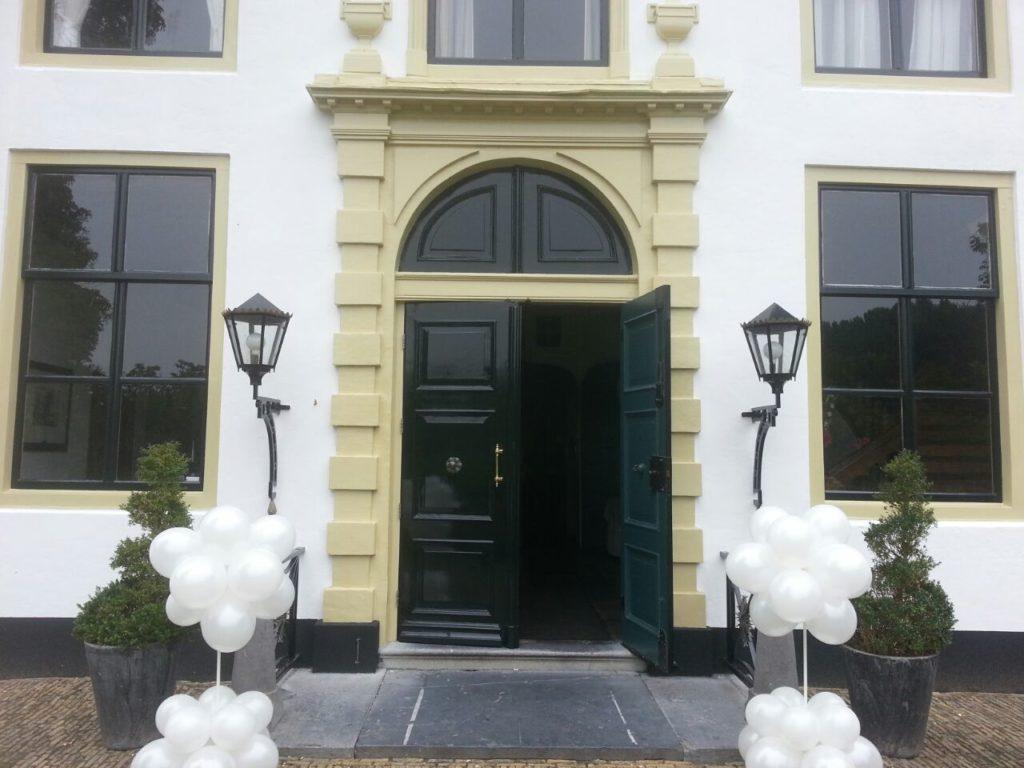 De Ballonnenkoning-Kasteel van Rhoon-ballondecoratie-paaltjes bij entree