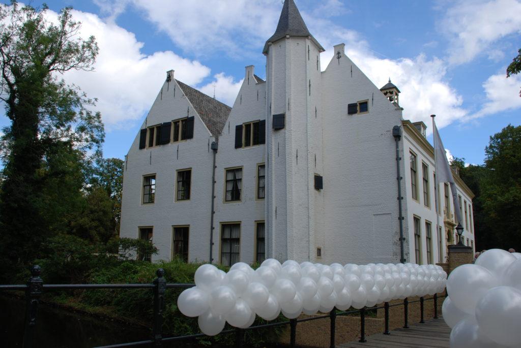 De Ballonnenkoning-Kasteel van Rhoon-ballondecoratie-ballonslinger wit brug