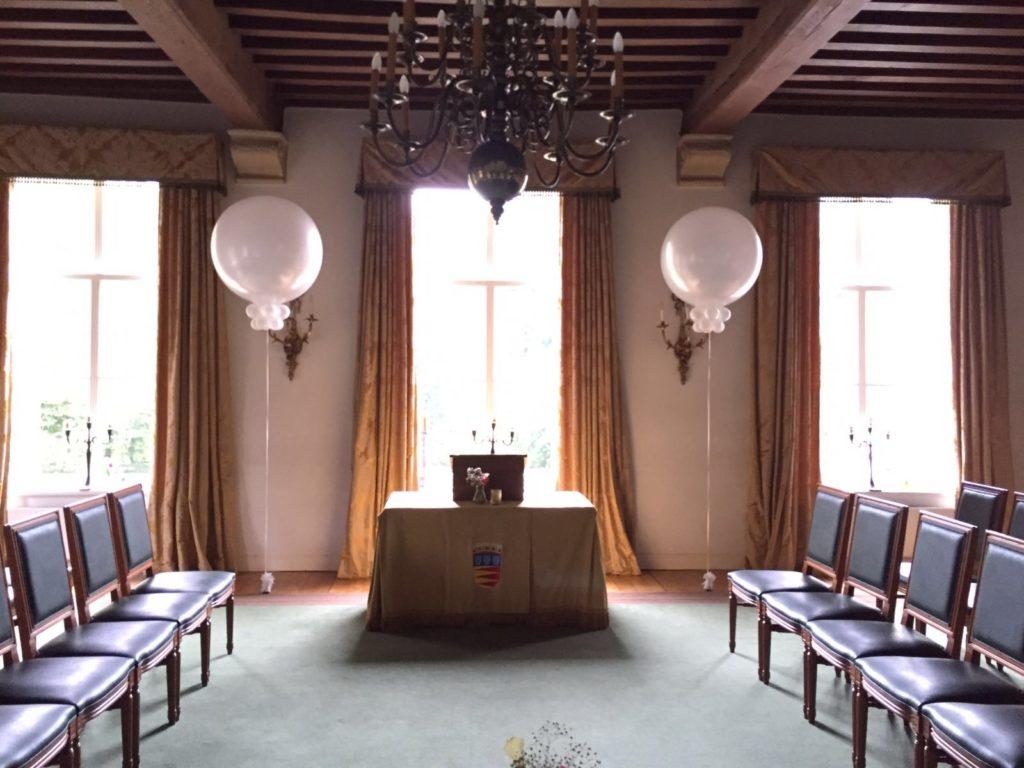 De Ballonnenkoning-Kasteel van Rhoon-ballondecoratie-topballonnen kerkzaal wit