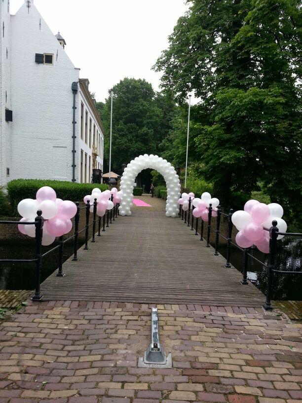 De Ballonnenkoning-Kasteel van Rhoon-ballondecoratie-entree brug roze en wit