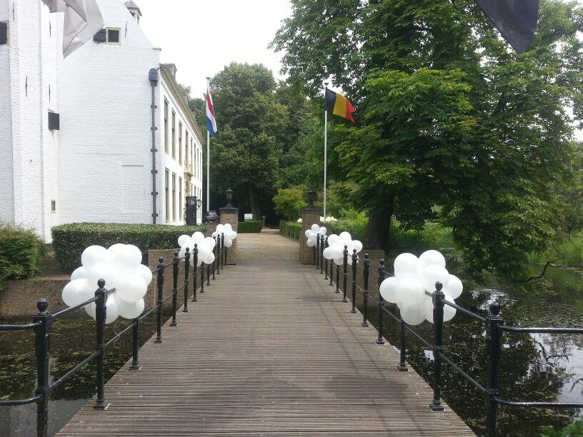 De Ballonnenkoning-Kasteel van Rhoon-ballondecoratie-entree brug wit