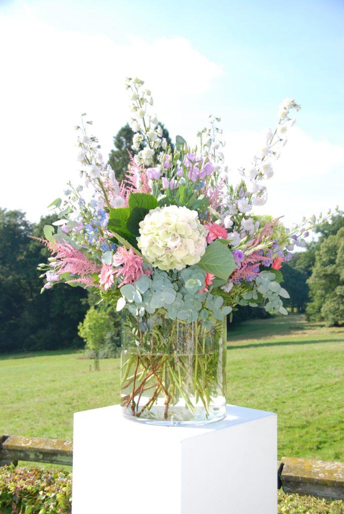 De Ballonnenkoning - Landgoed Rhederoord - bloemdecoratie ceremonie op zuil pastel tinten