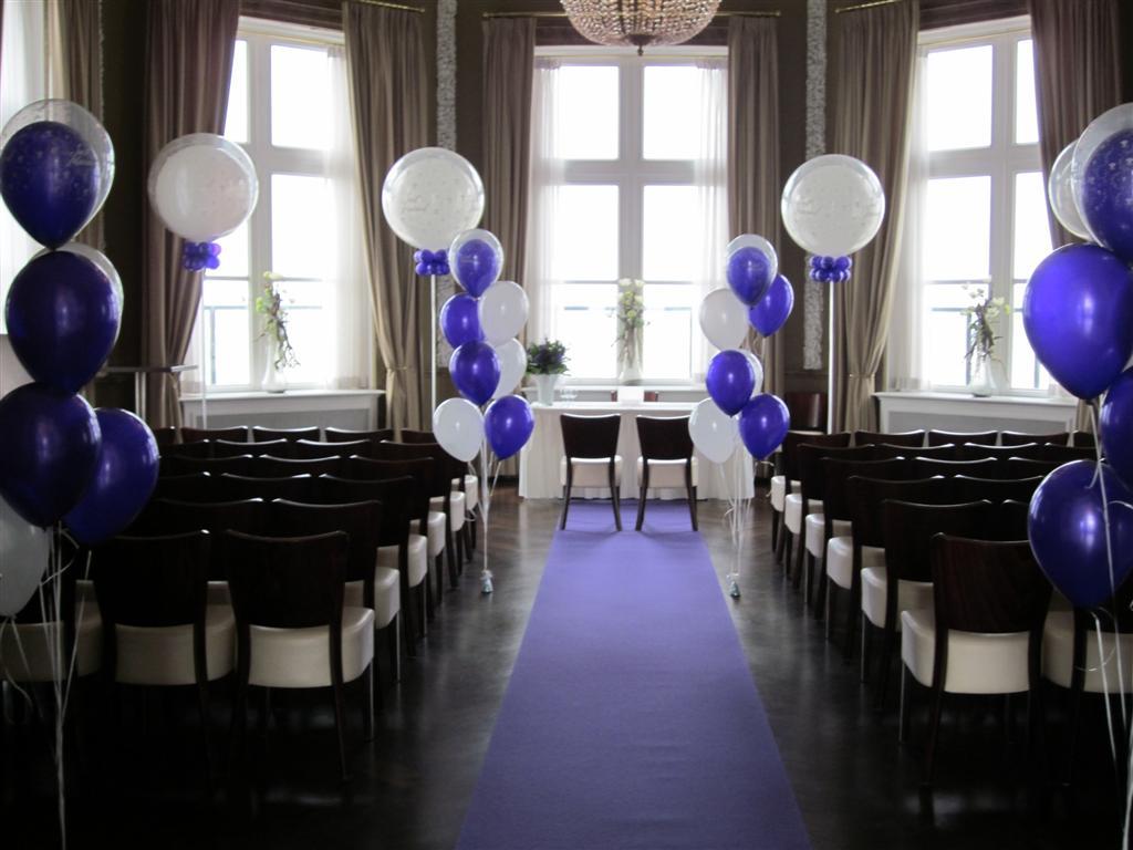 De Ballonnenkoning - Paviljoen de Witte - Ballondecoratie binnen ceremonie paars en wit