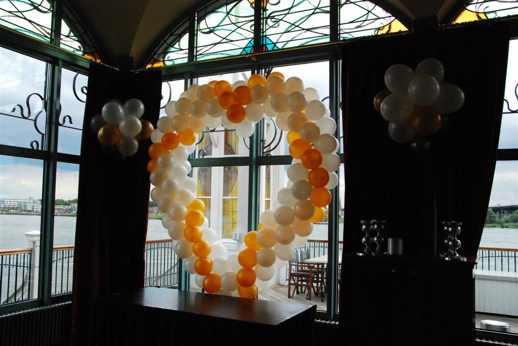 De Ballonnenkoning-Zalmhuis-hart-van-ballonnen-tegenlicht