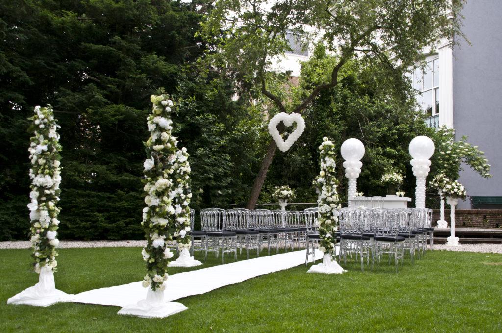 De Ballonnenkoning - Zweedse Kerk - trouwen opstelling ballonhart ballonpilaren loper