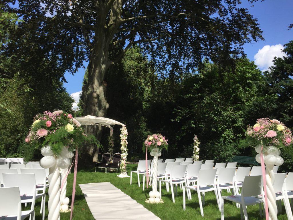 De Ballonnenkoning - Zweedse Kerk - trouwen met prieel en bloemen combinatie ballonnen