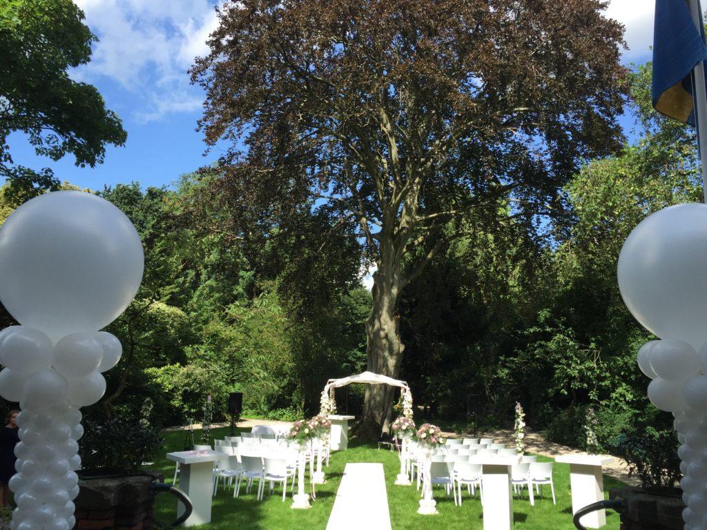 De Ballonnenkoning - Zweedse Kerk - trouwen met prieel en bloemen roze en wit en witte loper